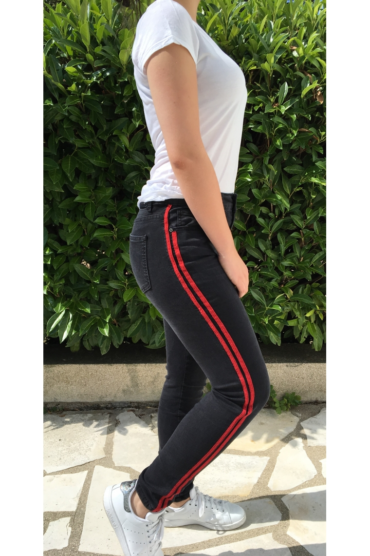 jean avec bande laterale black rouge trendyb trendy b. Black Bedroom Furniture Sets. Home Design Ideas